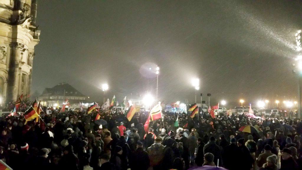 Des sympathisants du mouvement d'extrême droite Pegida manifestent le lundi 6 février 2017, malgré d'abondantes chutes de neige. Ils se rassemblent à Dresde, en Saxe, chaque semaine depuis trois ans.